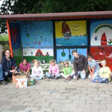 Kinder gestalten eigene Bushaltestelle