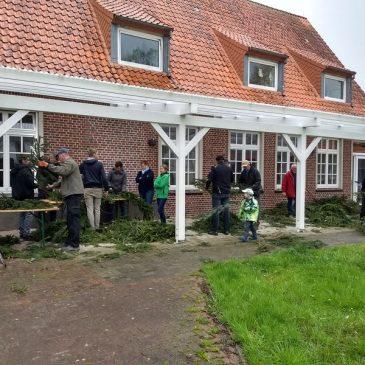 Schleifenbinden für den Maibaum im Dorfgemeinschaftshaus